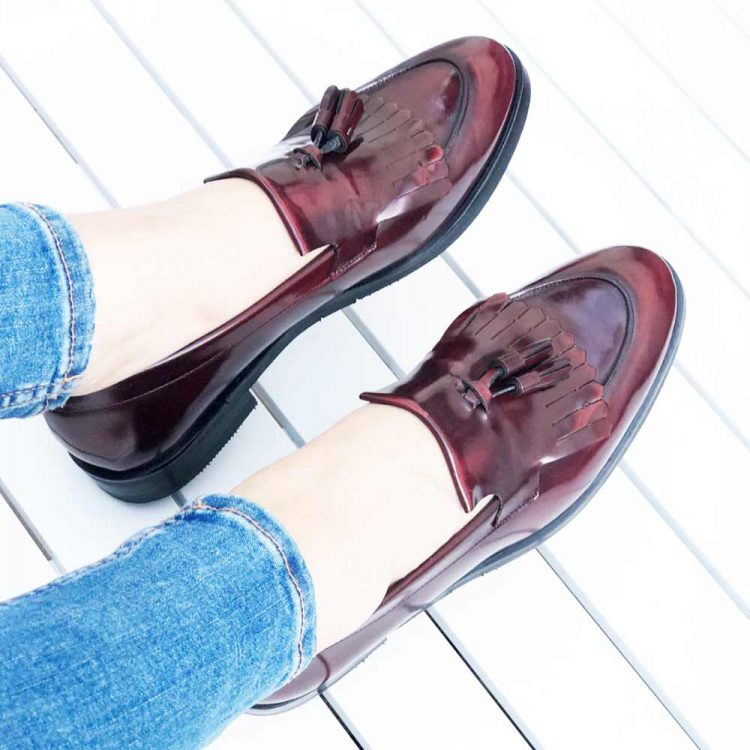 Castellanos burdeos de borlas para mujer Tammi Red hechos a mano en España por Beatnik Shoes