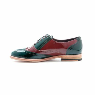 Zapato cómodo para mujer con cordones estilo Oxford bicolor verde y rojo en piel charol Lena GoR Hecho a mano en España por Beatnik Shoes