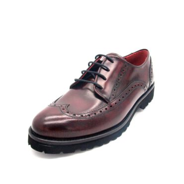 Zapato estilo Oxford rojo con cordones de mujer en pielburdeoscon suela de goma Ethel Red Brogue. Hecho a mano en España por Beatnik Shoes