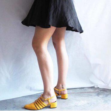 Sandalia cangrejera en piel amarilla para mujer con tacón medio y punta cerrada, hecha a mano en España, Beatnik Françoise Mustard